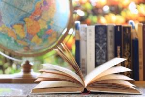 kinyitott könyv földgömbbel (Large)